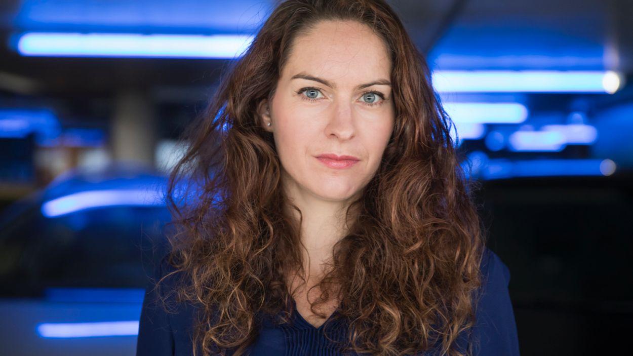 Annette Schaetzle liggend - Julie Hrudova