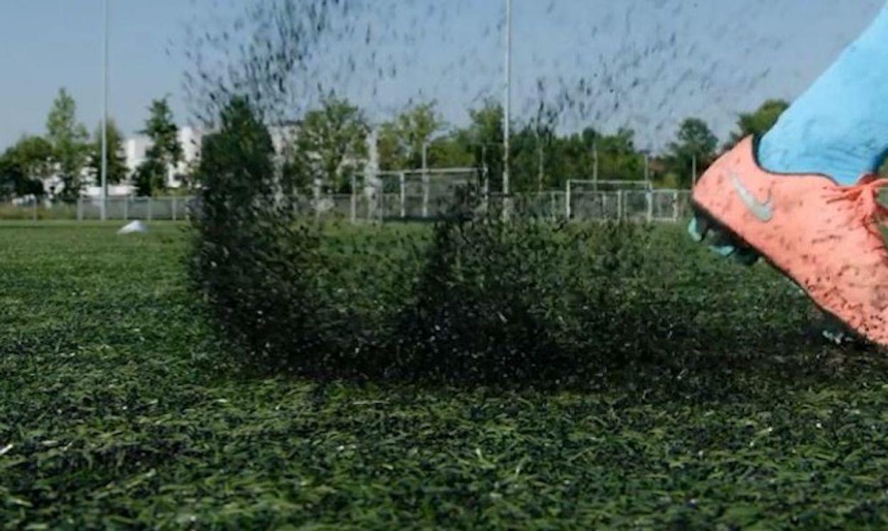Afbeelding van RIVM: voetballen op rubberen kunstgraskorrels veilig, normen moeten wel bijgesteld