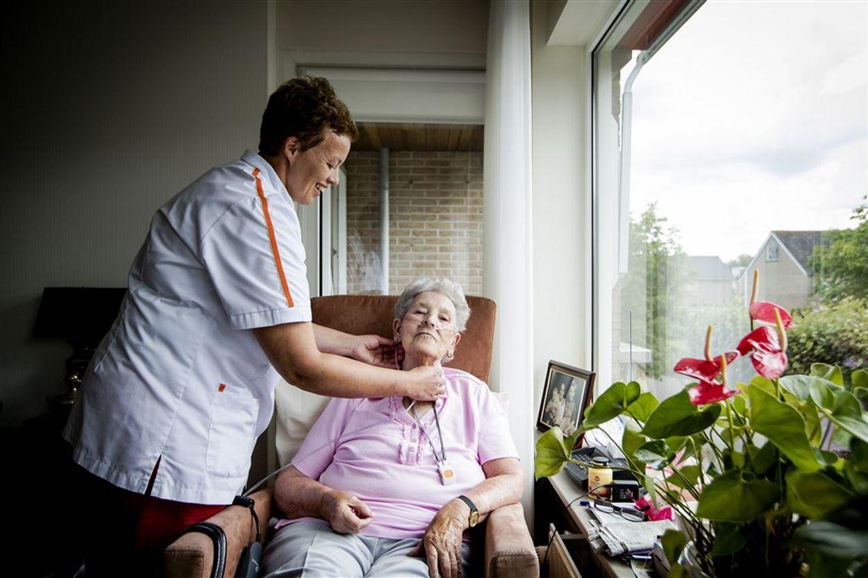Afbeelding van Ouderen bellen meldpunt over problemen met thuiszorg tijdens coronacrisis