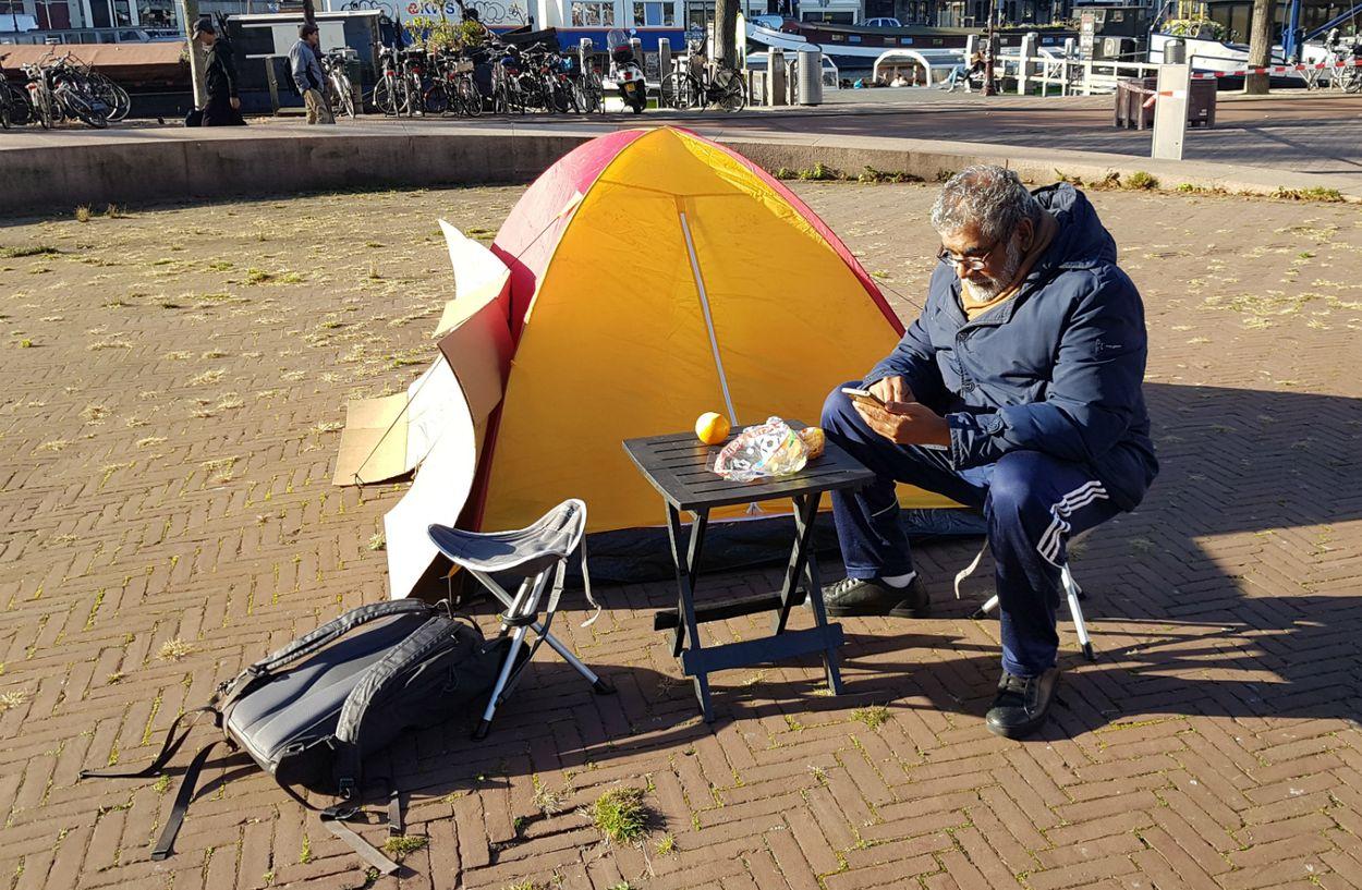 """Afbeelding van Ramon woont in een tent voor het stadhuis: """"Ik blijf hier totdat ik een huis krijg"""""""